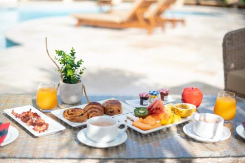 Breakfast options available to guests at Le Relais du Moulin - Hôtel de Charme & Spa
