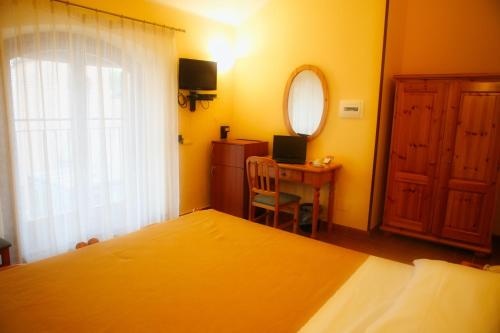 A bed or beds in a room at Hotel Vecchio Casello