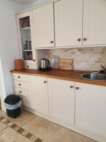 A kitchen or kitchenette at The craw inn