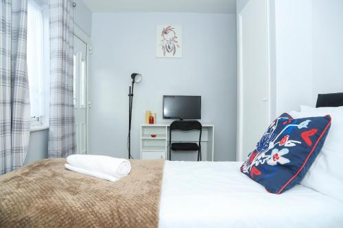A bed or beds in a room at Wilmington Lodge Dartford London