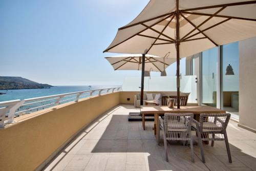 Un balcón o terraza de Radisson Blu Resort & Spa, Malta Golden Sands