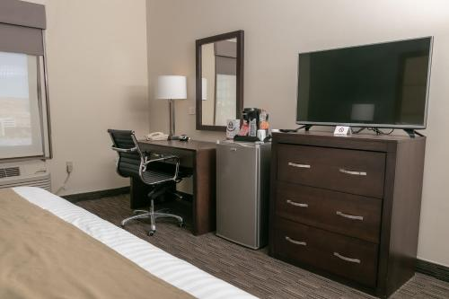 A television and/or entertainment center at Best Western Plus Chihuahua Juventud