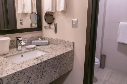 A bathroom at Best Western Plus Chihuahua Juventud