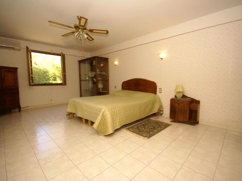 A bed or beds in a room at Cozy Villa in Sorgues with Swimming Pool