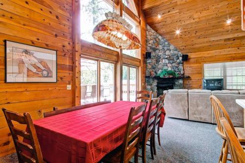 A restaurant or other place to eat at Yosemite's Scenic Wonders - 6BR/4BA Tri-Level Home