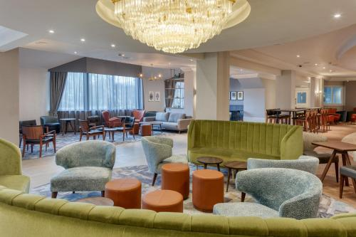 The lounge or bar area at DoubleTree by Hilton London Elstree