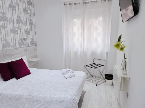 A bed or beds in a room at Hostal Met Madrid