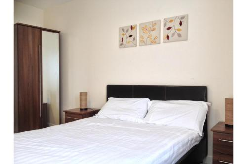 A bed or beds in a room at OYO Arinza Apartments