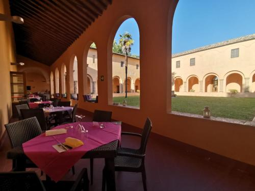 A restaurant or other place to eat at Chiostro Delle Monache Hostel Volterra