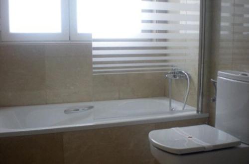 A bathroom at Hotel Jarama