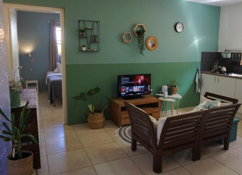 Uma TV ou centro de entretenimento em Botanical Apartment - Central, Safe, Modern
