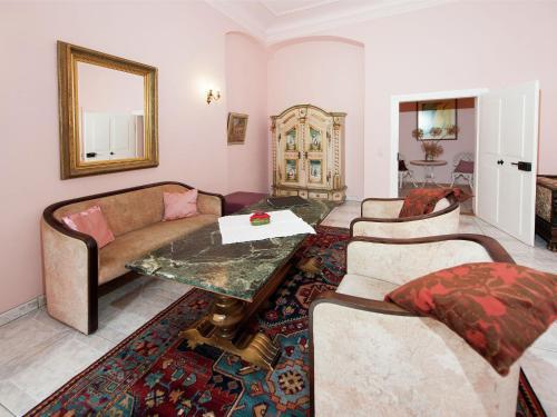 Ein Sitzbereich in der Unterkunft Vintage Apartment in Arzberg - Triestewitz with Terrace