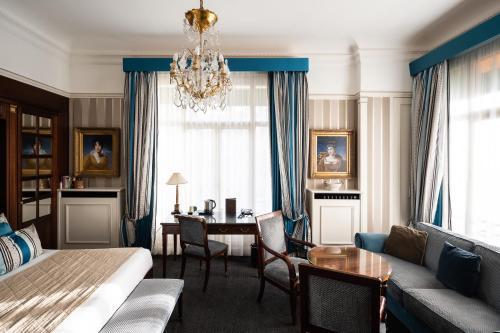 Ein Sitzbereich in der Unterkunft Hôtel Napoleon Paris