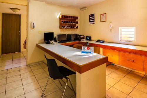 Una cocina o zona de cocina en Capital O Suites Navata