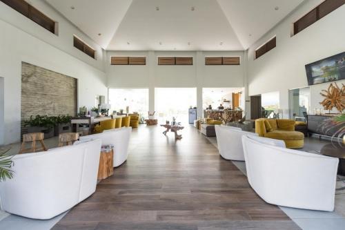 Um restaurante ou outro lugar para comer em Gated Community Close to Famous Beaches