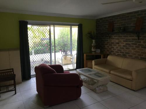 A seating area at Convenience house in Nerang with Private room