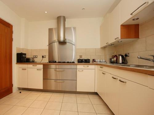 A kitchen or kitchenette at Les Bateaux