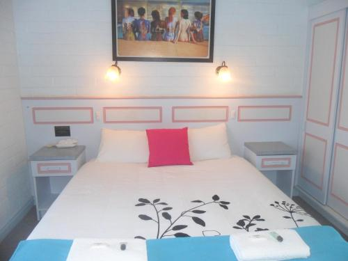 A bed or beds in a room at Motel Dimboola