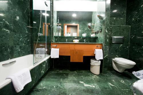 A bathroom at Gran Hotel Lakua