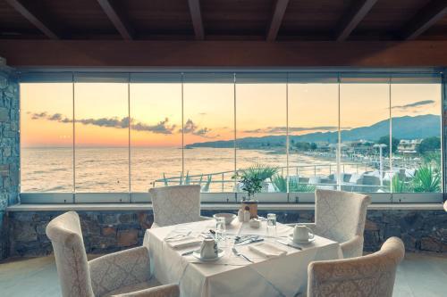 מסעדה או מקום אחר לאכול בו ב-Ikaros Beach, Luxury Resort & Spa