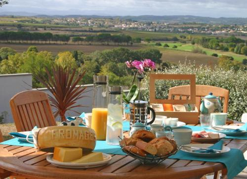 Breakfast options available to guests at B&B-Les Balcons de Maragon