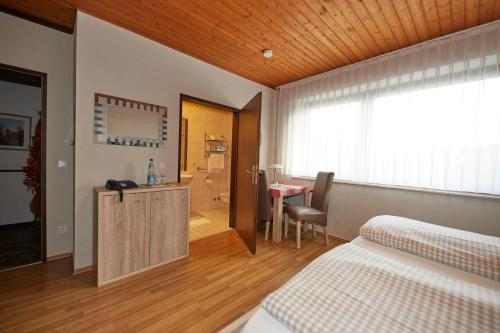 A kitchen or kitchenette at Pension Haus Gisela