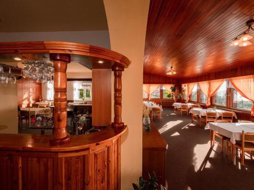 Lounge nebo bar v ubytování Penzion Vyhlídka Janovičky
