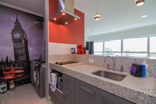 A kitchen or kitchenette at Loft no Shopping Barra Sul