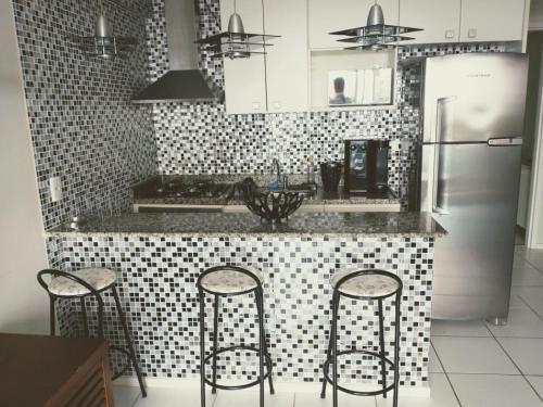 A cozinha ou cozinha compacta de Apartamento no Porto real resort