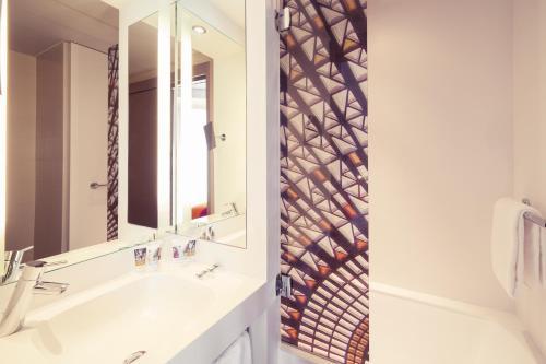 A bathroom at Mercure Nantes Centre Grand Hotel