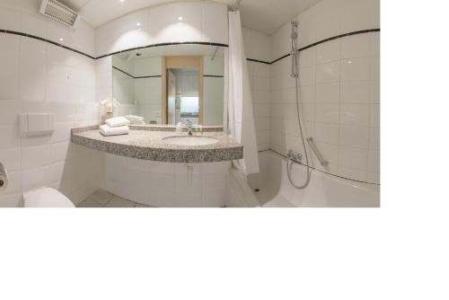 A bathroom at Arass Hôtel & Business Flats