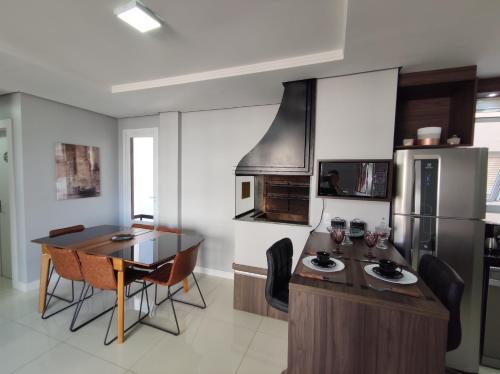 A kitchen or kitchenette at Apartamento novo com 2 dormitórios no centro de Passo Fundo