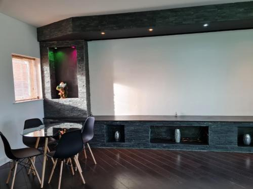 Stockton Heights, Warrington, Centrally Located Between Town Centre and Stockton Heath, High Speed Wifi, Cinematic Cozy Stay