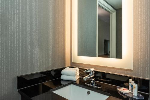 A bathroom at Comfort Inn Boucherville