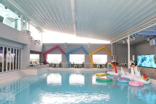المسبح في أجنحة باسيفيك ريجنسي الفندقية أو بالجوار