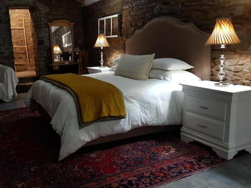 A bed or beds in a room at Perlman House