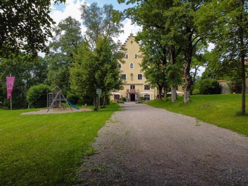 Ein Garten an der Unterkunft Schloss zu Hopferau