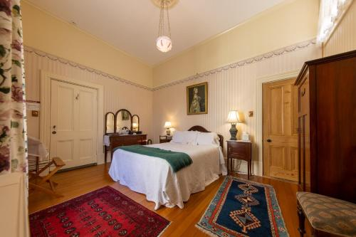 A bed or beds in a room at Pen-y-bryn Lodge