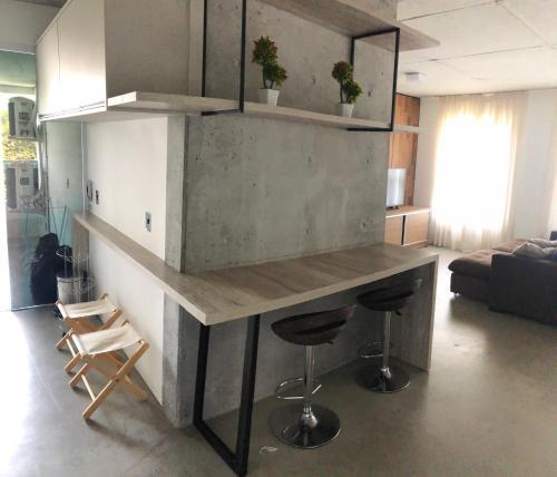 A kitchen or kitchenette at Apto Moderno na Praia Brava
