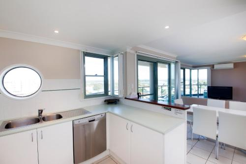 A kitchen or kitchenette at Sails Apartments