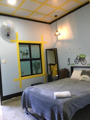 Giường trong phòng chung tại Hani House