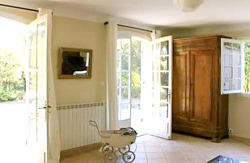 A television and/or entertainment center at House with 4 bedrooms in Cucuron with private pool furnished garden and WiFi