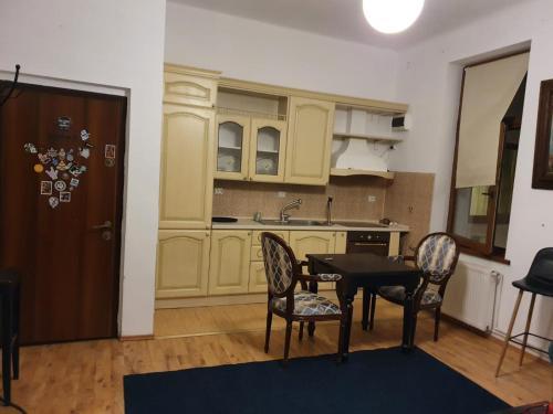 A kitchen or kitchenette at Apartament Roma