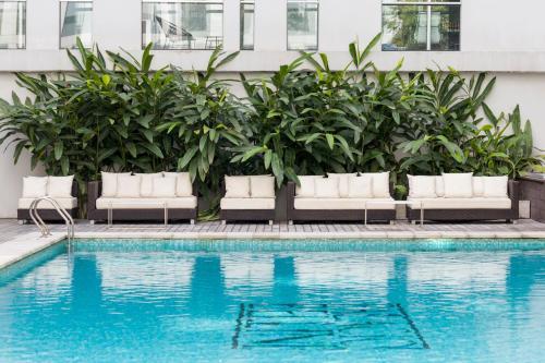 A piscina localizada em CasaSur Bellini Hotel ou nos arredores