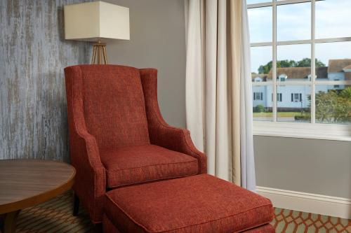 A seating area at Virginia Crossings Hotel, Tapestry Collection by Hilton