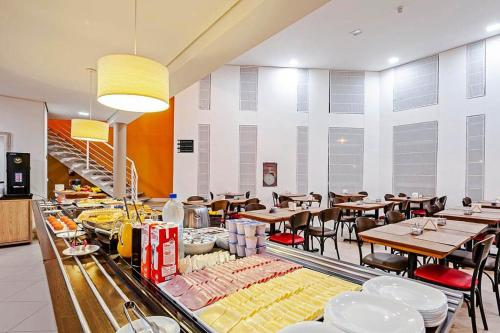 A restaurant or other place to eat at Tri Hotel Balneario Camboriu