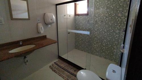 A bathroom at Enseada Hostel
