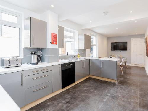 A kitchen or kitchenette at Urban Holiday Home in Watford near Harry Potter Studios