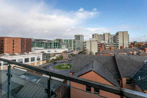 Modern 1 Bedroom City Centre Apartment with Balcony