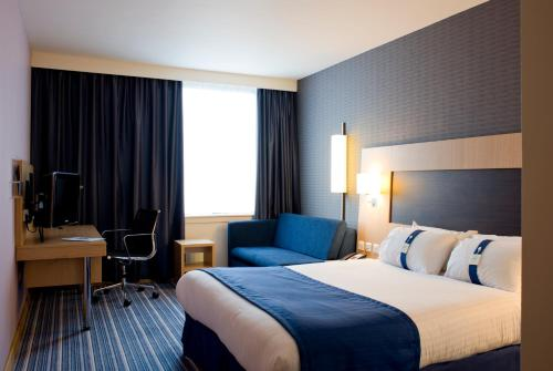 A bed or beds in a room at Holiday Inn Express Rotherham – North